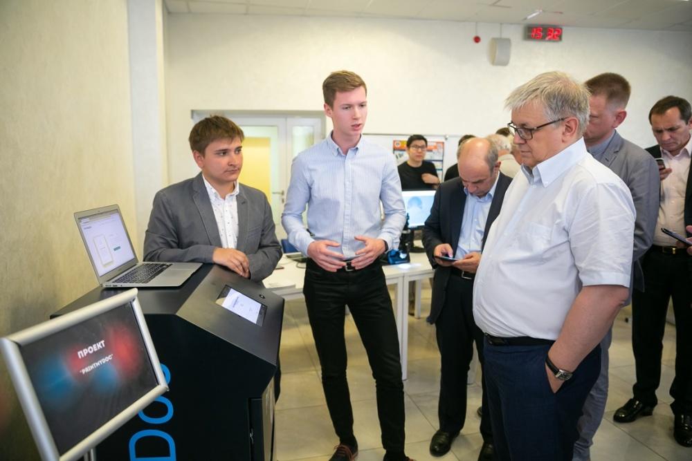 Ректор ВШЭ Кузьминов Я.И. оценивает прототип аппарата PrintMyDoc